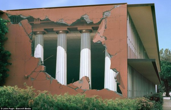 Die besten 100 Bilder in der Kategorie strassenmalerei: Gebäudemalerei - 3D Säulen