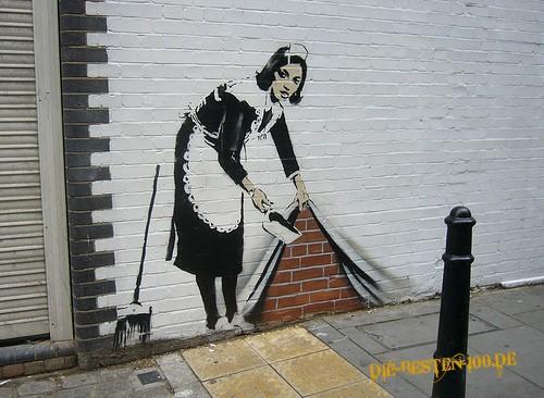 Die besten 100 Bilder in der Kategorie graffiti: Hausmädchen kehrt Dreck unter die Fassade
