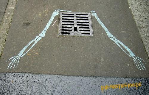 Die besten 100 Bilder in der Kategorie graffiti: Gerippe-Brustkorb-Gulli