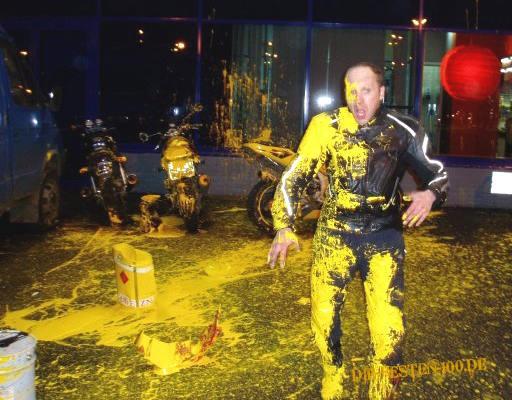 Die besten 100 Bilder in der Kategorie shit_happens: Motorradfahrer hat etwas gelbe Farbe abbekommen.