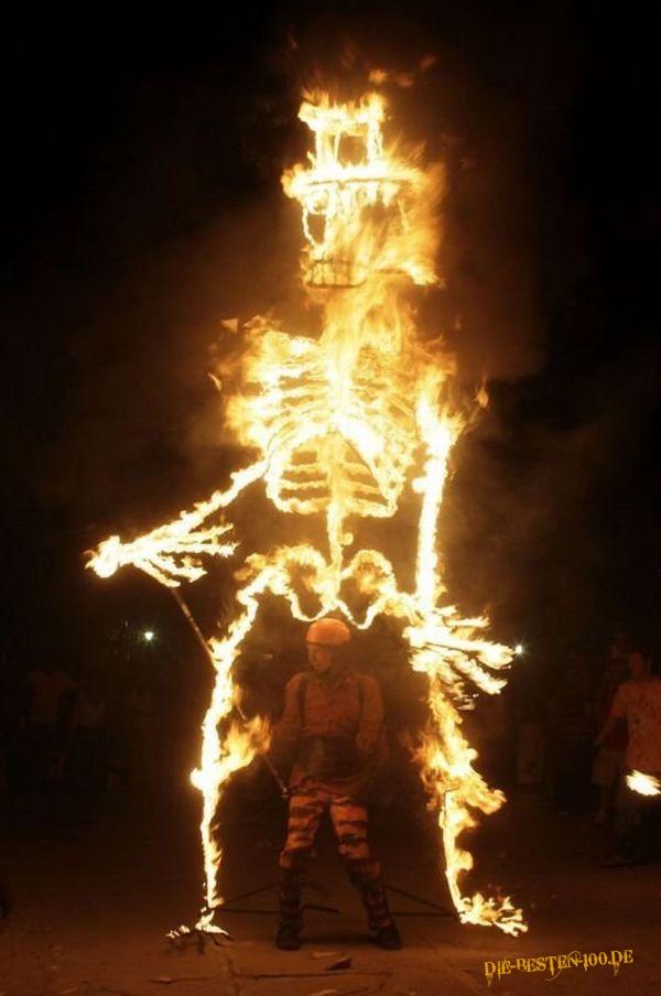 Die besten 100 Bilder in der Kategorie kunst: Feuer-Skellet-Marionette