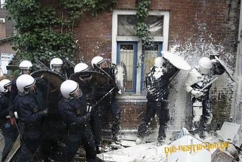 Die besten 100 Bilder in der Kategorie shit_happens: Polizisten in Weiss