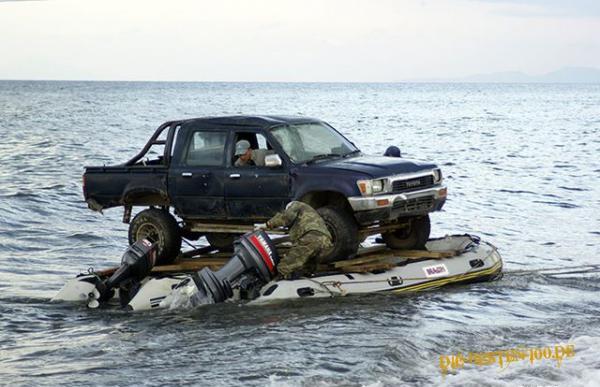 Die besten 100 Bilder in der Kategorie transport: Auto auf 2 Motorbooten Transport