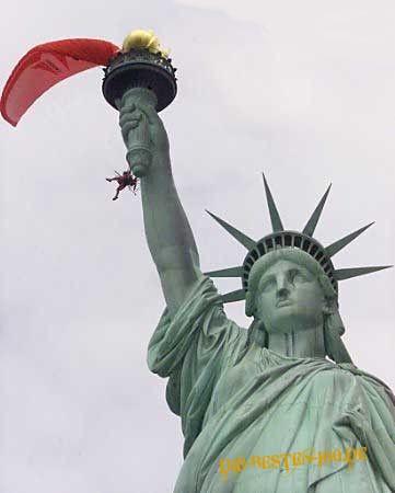 Die besten 100 Bilder in der Kategorie shit_happens: Fallschirmspringer an Freiheitsstatue