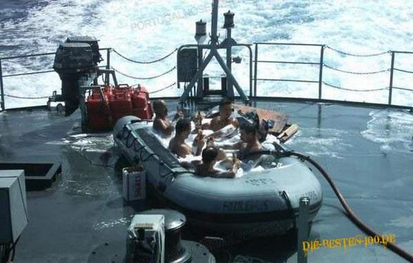 Die besten 100 Bilder in der Kategorie clever: Schlauchboot als Swimmingpool