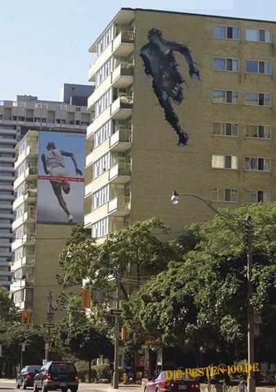 Die besten 100 Bilder in der Kategorie werbung: Sport-Werbung, Läufer rennt durch Wohnhaus