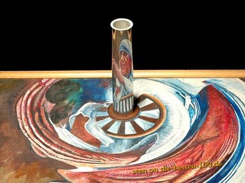 Die besten 100 Bilder in der Kategorie kunst: Der hatte wohl Zeit - Mutter Theresa auf reflektierendem Rohr