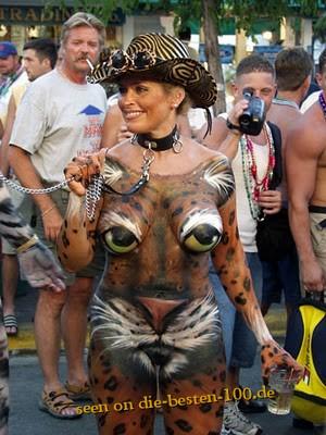Die besten 100 Bilder in der Kategorie bodypainting: Leopard Bodypainting mit Kette