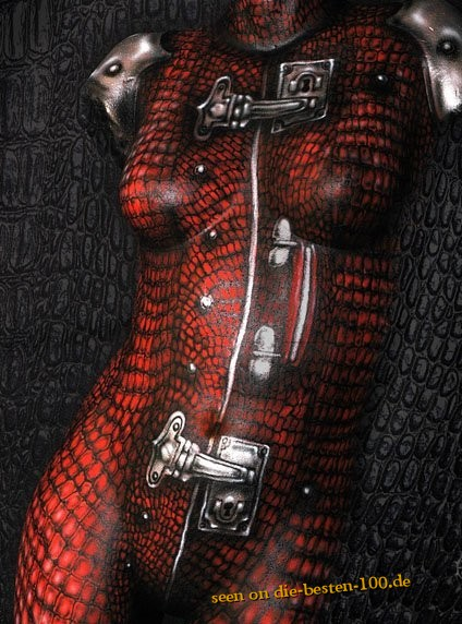 Die besten 100 Bilder in der Kategorie bodypainting: Red Crocodile Leather Suitcase Bodypainting