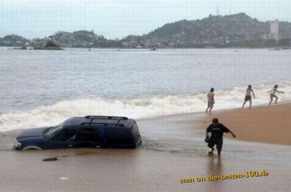 Die besten 100 Bilder in der Kategorie shit_happens: Bad Place for Parking - Car engulfs in Beach