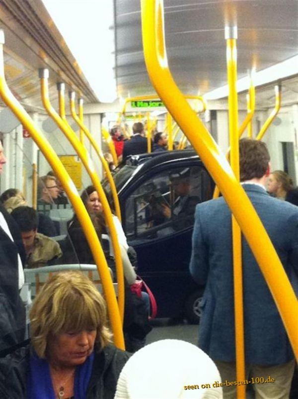 Die besten 100 Bilder in der Kategorie transport: Kleines Auto in der U-Bahnn