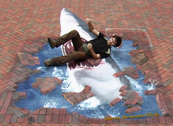 Die besten 100 Bilder in der Kategorie strassenmalerei: Hai Angriff in Fussgängerzone