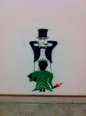 Die besten 100 Bilder in der Kategorie graffiti: Freiheitsstatue prostituiert sich dem Kapitalismus