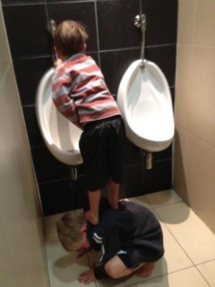 Die besten 100 Bilder in der Kategorie kinder: Echte Freunde helfen - Pissoir-Hilfe
