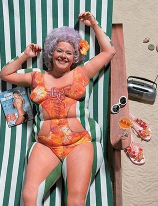 Die besten 100 Bilder in der Kategorie bodypainting: Netter Versuch - Bodypainting Sonnenliege Täuschung