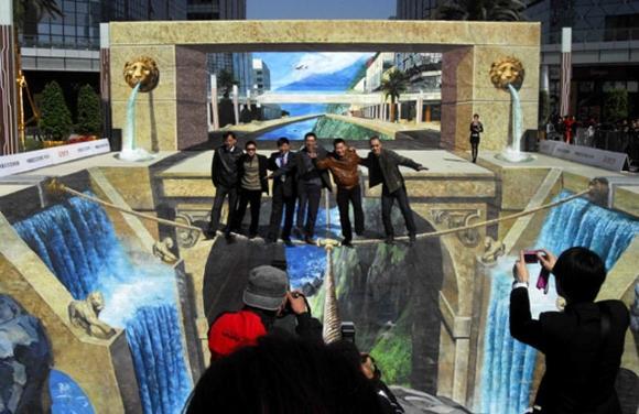 Die besten 100 Bilder in der Kategorie strassenmalerei: Geniale 3D Straßenmalerei Kunst
