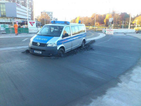 Die besten 100 Bilder in der Kategorie shit_happens: Super gemacht - Polzei-Auto parkt dauerhaft in Beton