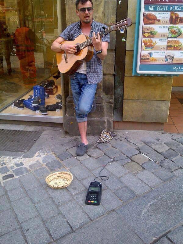 Die besten 100 Bilder in der Kategorie clever: Straßenmusiker mit Kartenzahlung