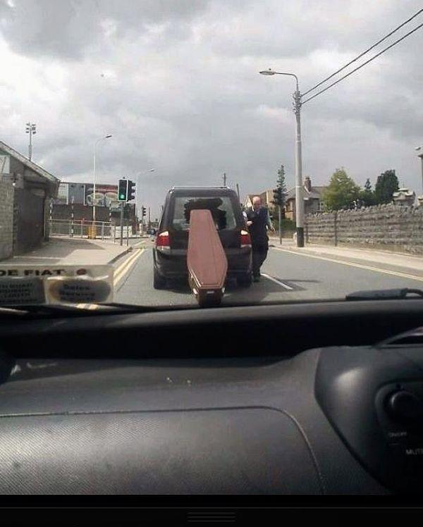Die besten 100 Bilder in der Kategorie shit_happens: Toter, Autounfall, Leichenwagen, Sarg