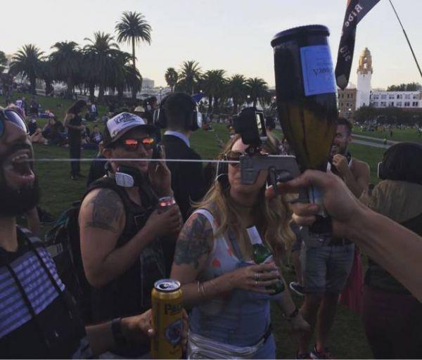 Die besten 100 Bilder in der Kategorie clever: Alkohol, Pistole, Waffe, spass, Kamera, Sekt, Prosecco, Party