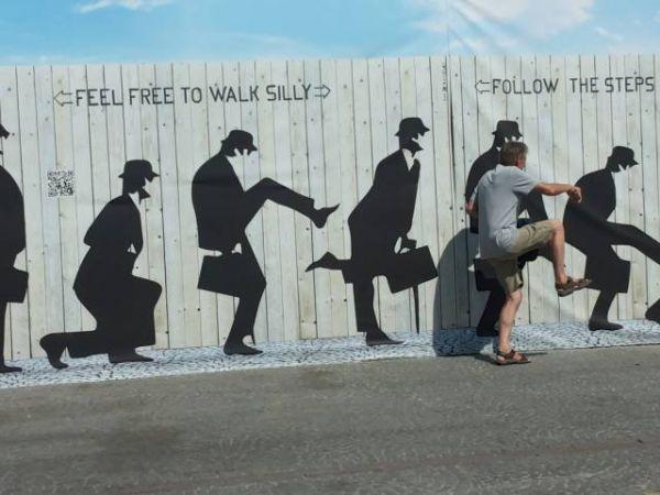 Die besten 100 Bilder in der Kategorie graffiti: Laufen, John Cleese, Ministry of silly walk
