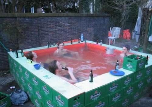Die besten 100 Bilder in der Kategorie clever: Pool aus Bierkästen