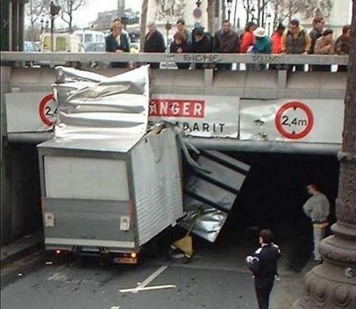Die besten 100 Bilder in der Kategorie transport: Laster hat sich leicht in der Höhe verschätzt