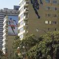 Die besten Bilder in der Kategorie werbung: Sport-Werbung, Läufer rennt durch Wohnhaus