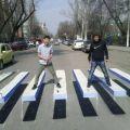 Die besten Bilder in der Kategorie strassenmalerei: Zebrastreifen, optische Täuschung, street art